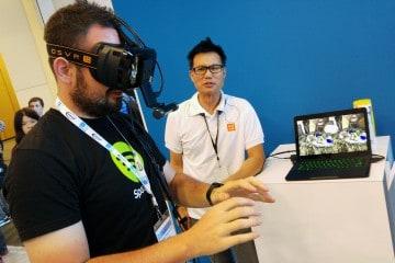 Kamerka RealSense od Razera jest w stanie zwiększyć możliwości gogli VR. Mając na oczach Oculusa widziałem ruch swoich dłoni, a co więcej mogłem ich używać do wchodzenia w interakcje ze środowiskiem 3D, a więc układania wirtualnych klocków.